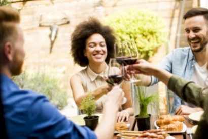 groupe de copains en trai de trinquer avec du vin
