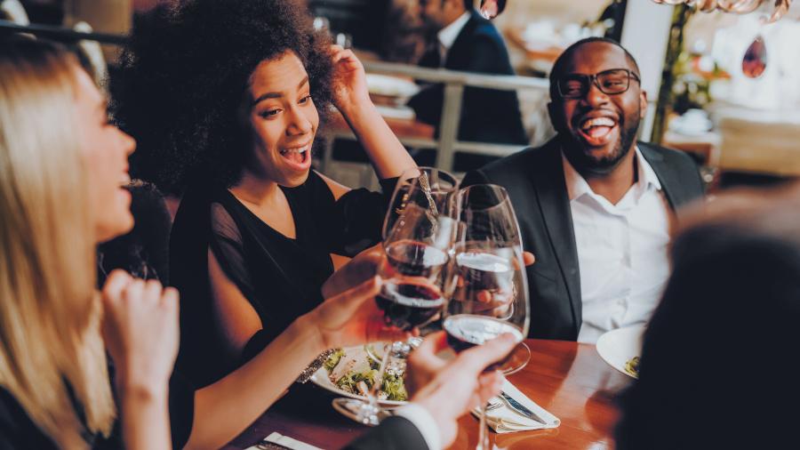 groupe de copains avec du vin