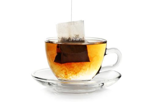 sachet de thé diffuse dans tasse transparente