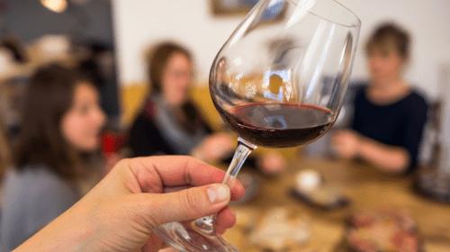 degustateur tient un verre de vin rouge