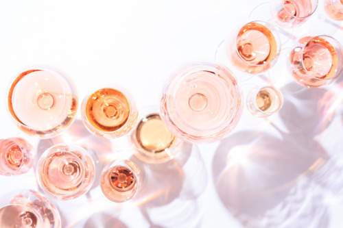 Verres de vin rosé vus du dessus