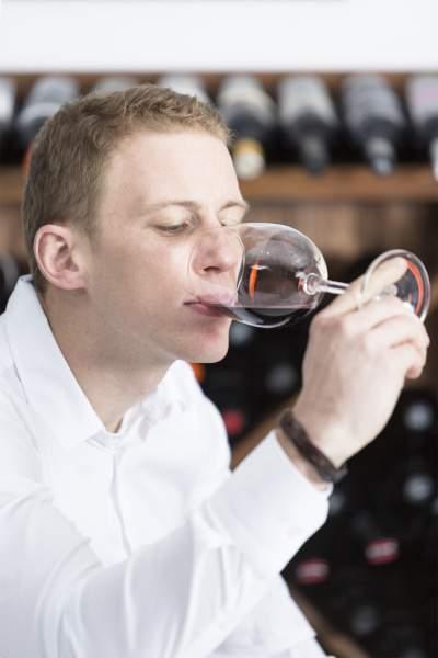 geste du degustateur qui porte le vin à la bouche