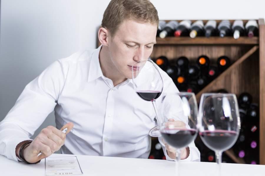 geste du degustateur qui sent le vin