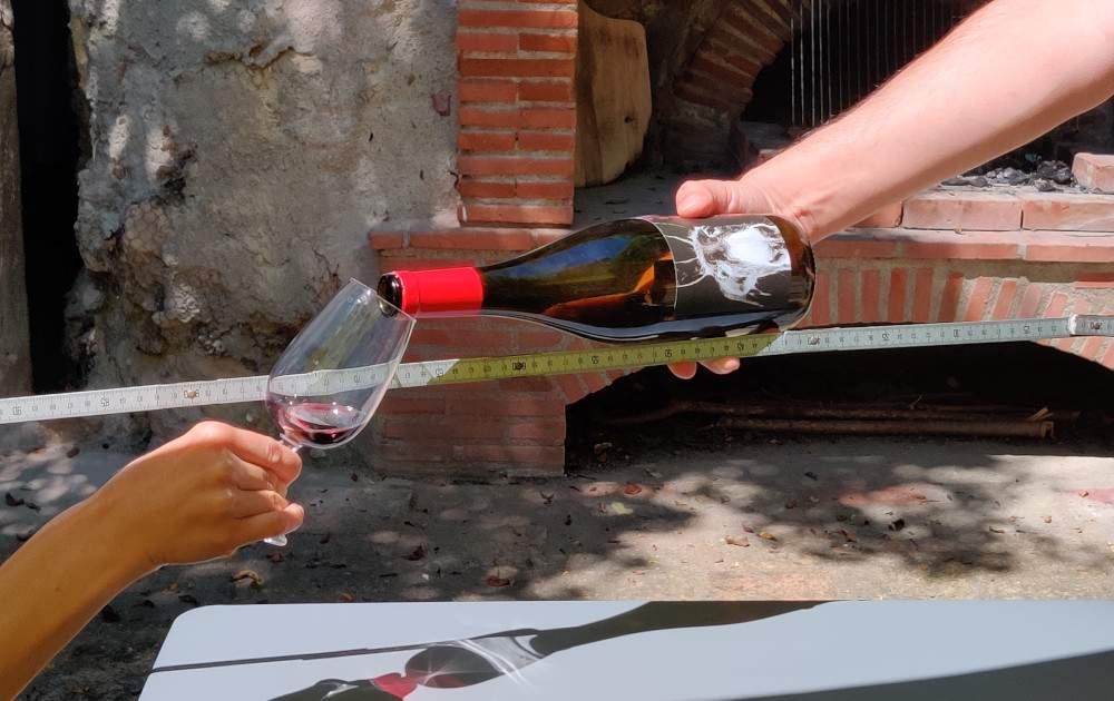 servir un vin dans un verre en respectant 1 m de distance
